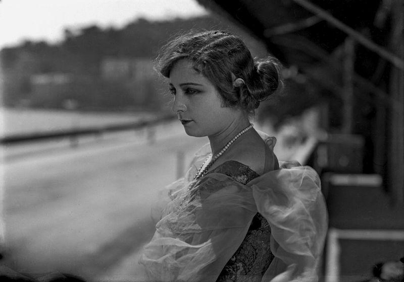 """""""Emma, figlia mia. Da troppo tempo ti vedo immalinconita. Perché non torni a suonare il violino, che tanto ti piaceva?"""" - © 2017 Archivio Fittipaldi / Partenope Film, Napoli"""