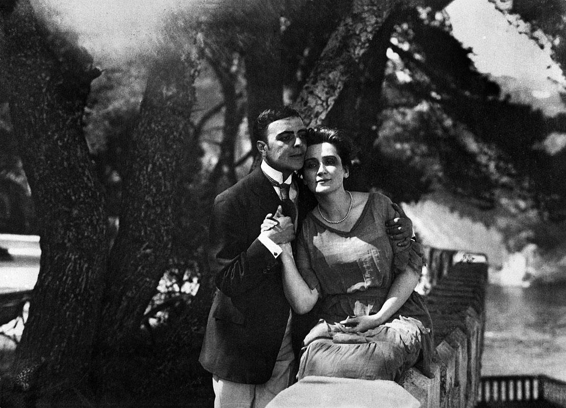 I due sono sempre più vicini, sboccia la loro passione. - © 2017 Archivio Fittipaldi / Partenope Film, Napoli