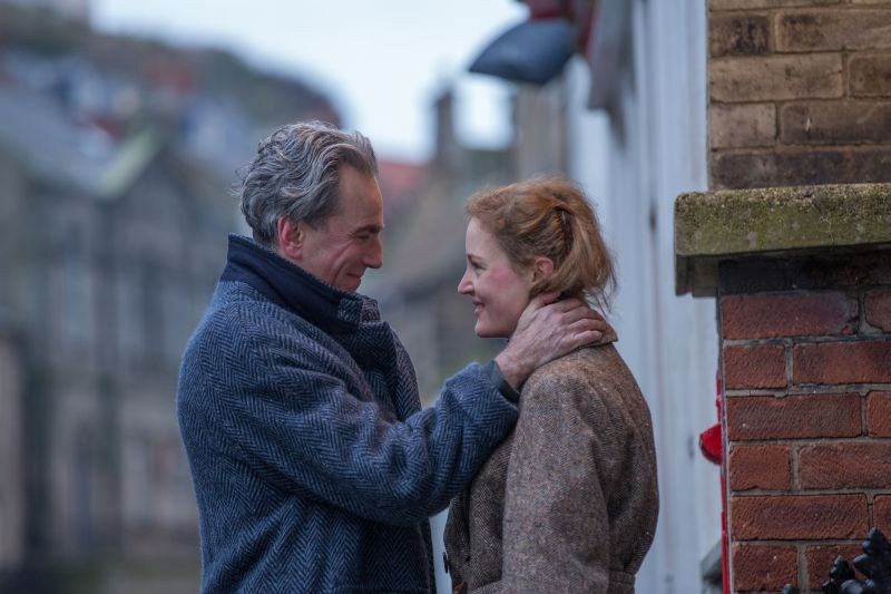 Daniel Day-Lewis (Reynolds Woodcock) e Vicky Krieps (Alma) - Photo Credit: Laurie Sparham / Focus Features