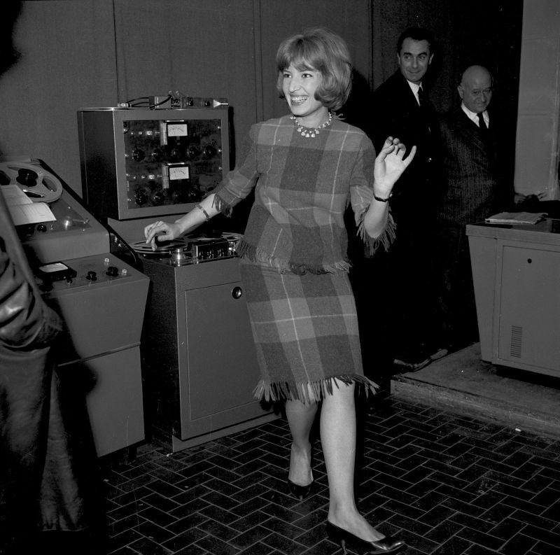 Monica in sala doppiaggio con Antonioni - Archivio storico Luce