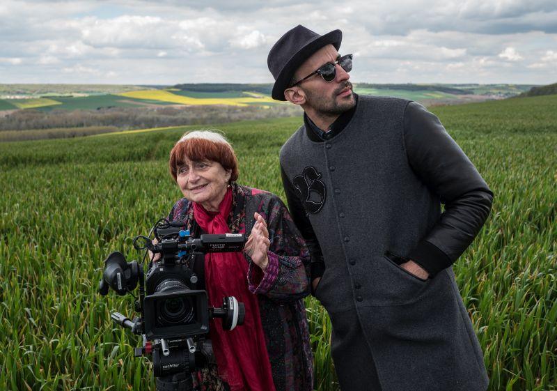 Agnès Varda et JR avec caméra_©Agnès Varda-JR-Ciné-Tamaris, Social Animals 2016