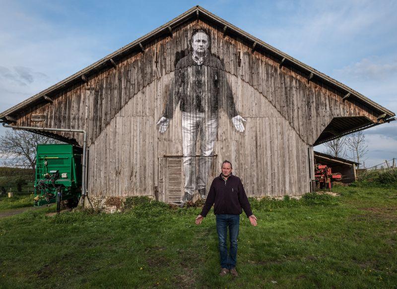 L'agriculteur devant son collage_©Agnès Varda-JR-Ciné-Tamaris, Social Animals 2016