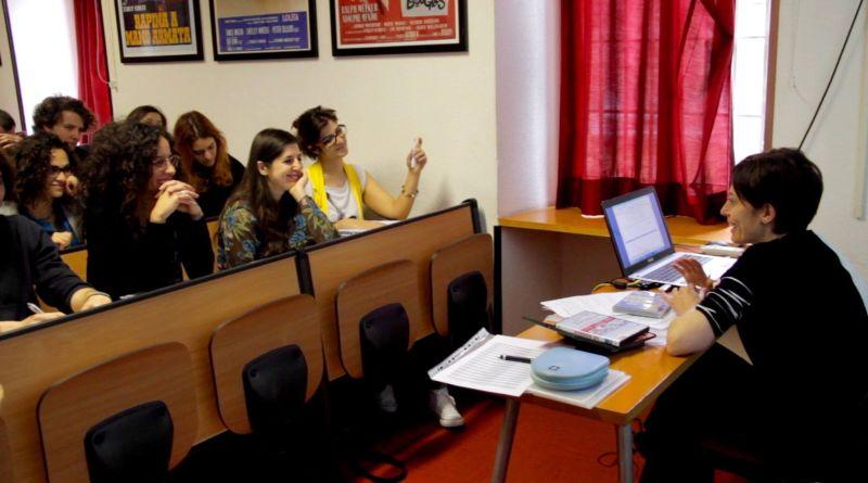 Cristina Borsatti a lezione con i suoi studenti