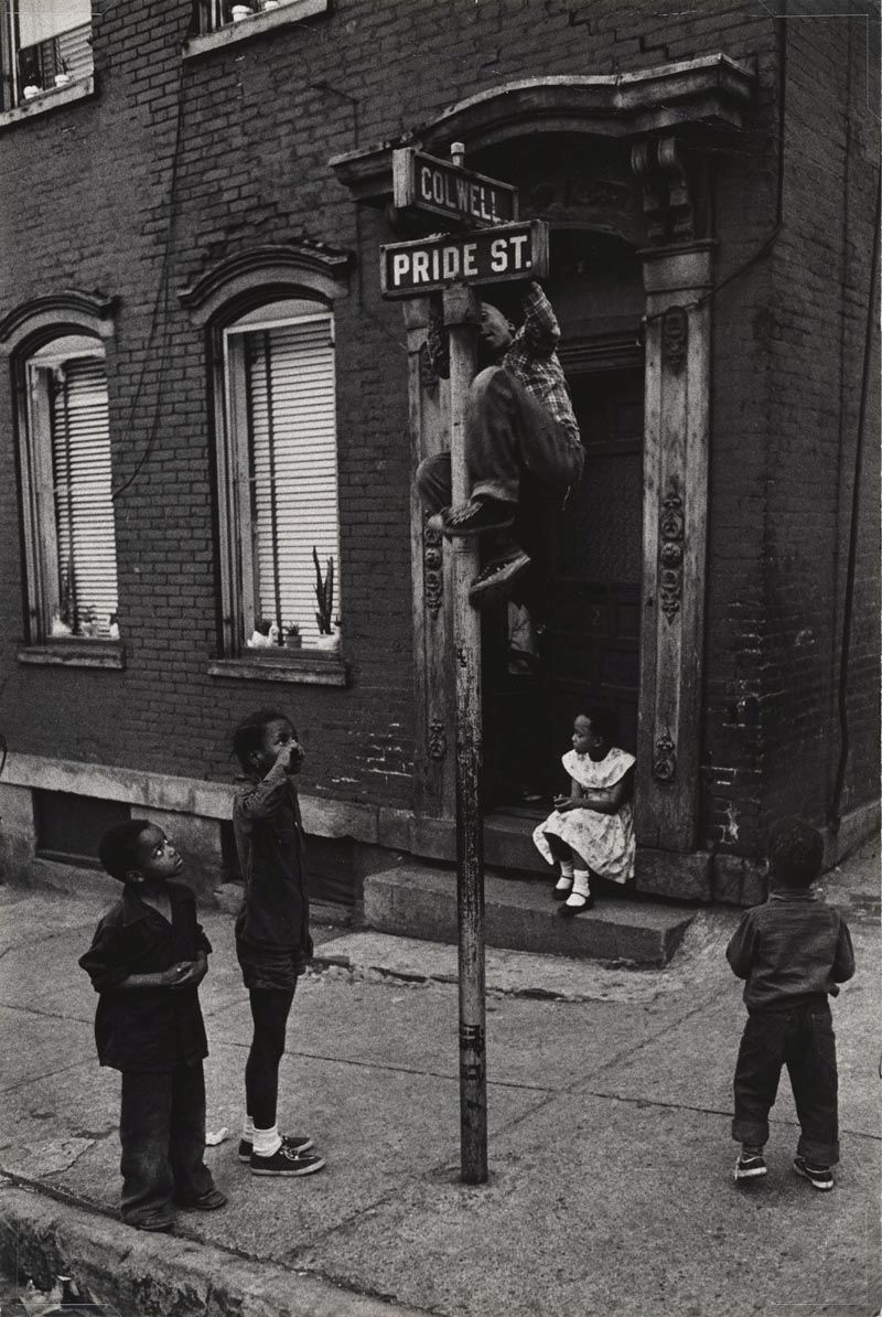W. Eugene Smith, USA, 1918-1978 Bambini che giocano tra Colwell Street e Pride Street, Hill District / Children playing at Colwell and Pride Streets, Hill District, 1955-1957 Stampa ai sali d'argento / gelatin silver print 34.61 x 23.18 cm Gift of the Carnegie Library of Pittsburgh, Lorant Collection © W. Eugene Smith / Magnum Photos