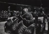 W. Eugene Smith, USA, 1918-1978 Operaio di un'acciaieria che prepara le bobine / Mill Man Loading Coiled Steel, 1955-1957 Stampa ai sali d'argento / gelatin silver print 22.86 x 34.61 cm Gift of the Carnegie Library of Pittsburgh, Lorant Collection. © W. Eugene Smith / Magnum Photos