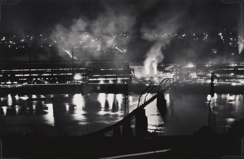 W. Eugene Smith, USA, 1918-1978 Stabilimento National Tube Company, U.S. Steel Corporation, McKeesport, e ponte ferroviario sul fiume Monongahela / National Tube Company works, U.S. Steel Corporation, McKeesport, and Union Railroad Bridge over the Monongahela River, 1955-1957 Stampa ai sali d'argento / gelatin silver print 22.86 x 34.29 cm Gift of the Carnegie Library of Pittsburgh, Lorant Collection. © W. Eugene Smith / Magnum Photos