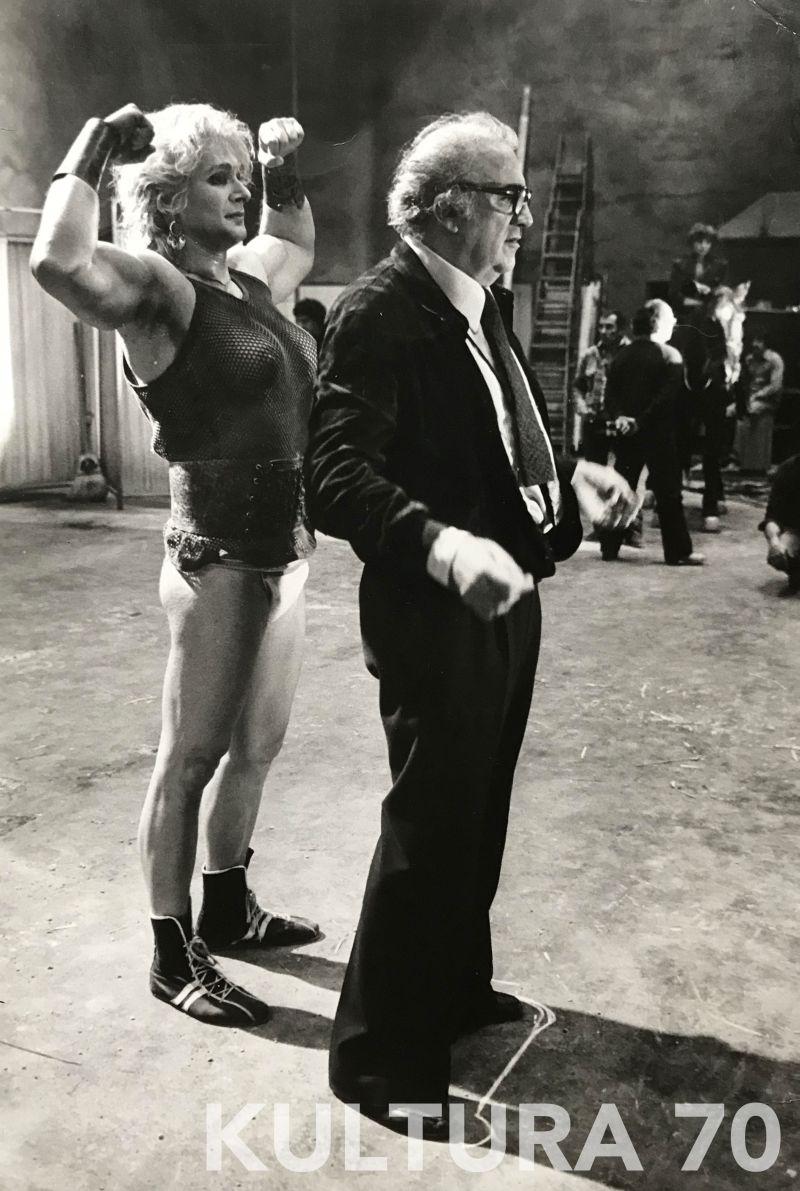"""Mimmo Cattarinich (1937-2017), Fellini sul set """" La città delle donne"""", 1979. Stampa b/n, baritata vintale, cm 29×20. Timbro dell'autore e annotazioni a retro."""