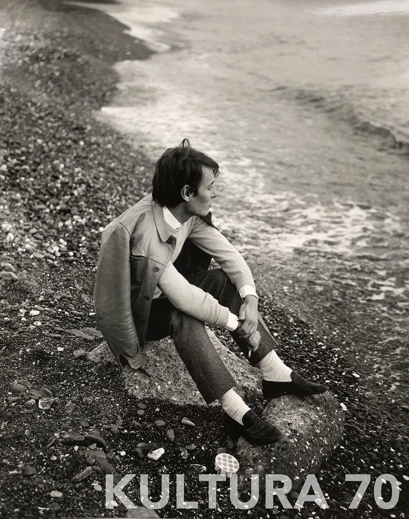 Anonimo, Fabrizio De Andrè, 1967. Stampa b/n, baritata vintage, cartoncino cm 24×30,5. Timbro dell'agenzia Leoni di Genova a retro.