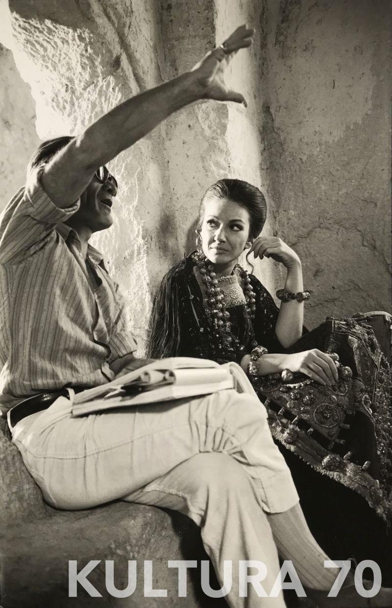 Mimmo Cattarinich (1937-2017), Pier Paolo Pasolini con Maria Callas sul set di Medea, 1969. Stampa b/n, baritata vintage, cartoncino cm 20,5×30. Timbro dell'autore a retro.