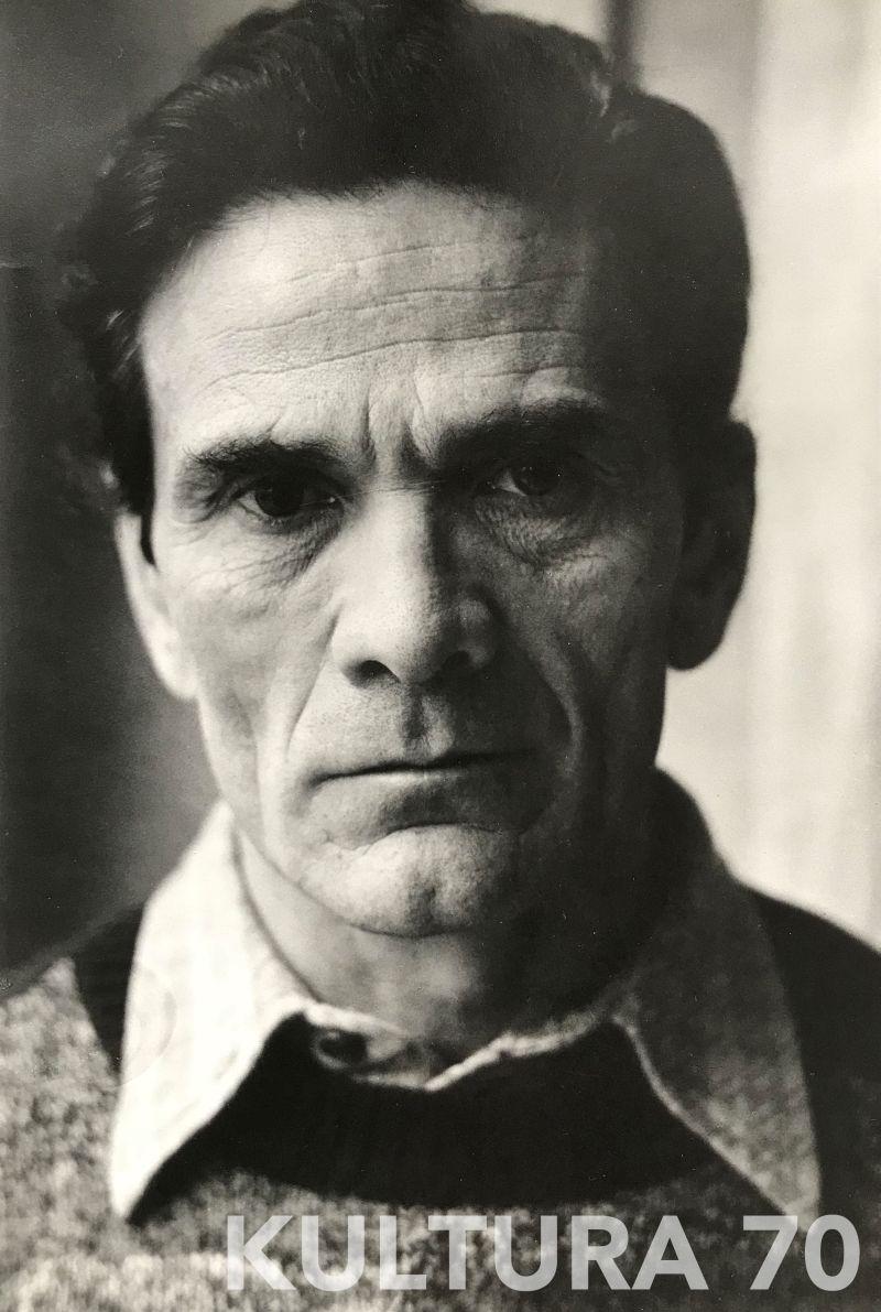 Mimmo Cattarinich (1937-2017), Pier Paolo Pasolini ritratto poco tempo prima della sua morte. Stampa b/n, baritata vintage, cartoncino cm 20×29. Timbro dell'autore a retro.