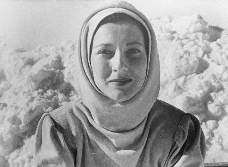 """Valentina Cortese nei panni di """"Alice"""" nel film """"La Montagna di cristallo"""" del 1949"""