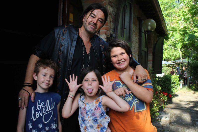 Sebastiano Somma con i piccoli protagonisti del film