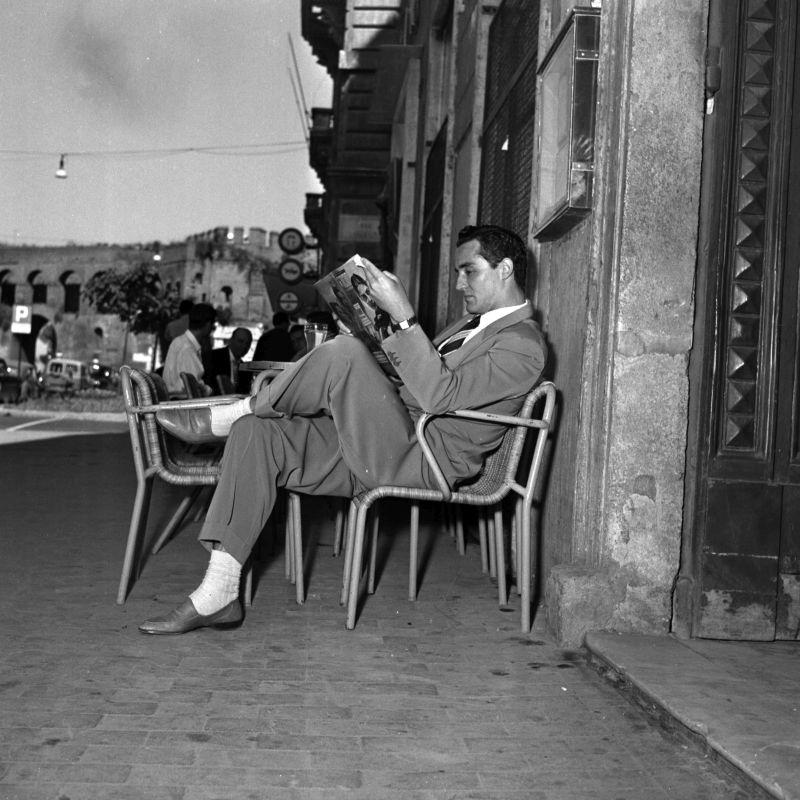 Roma, 25 agosto 1953 - L'attore Vittorio Gassman davanti al Caff Strega di Via Veneto