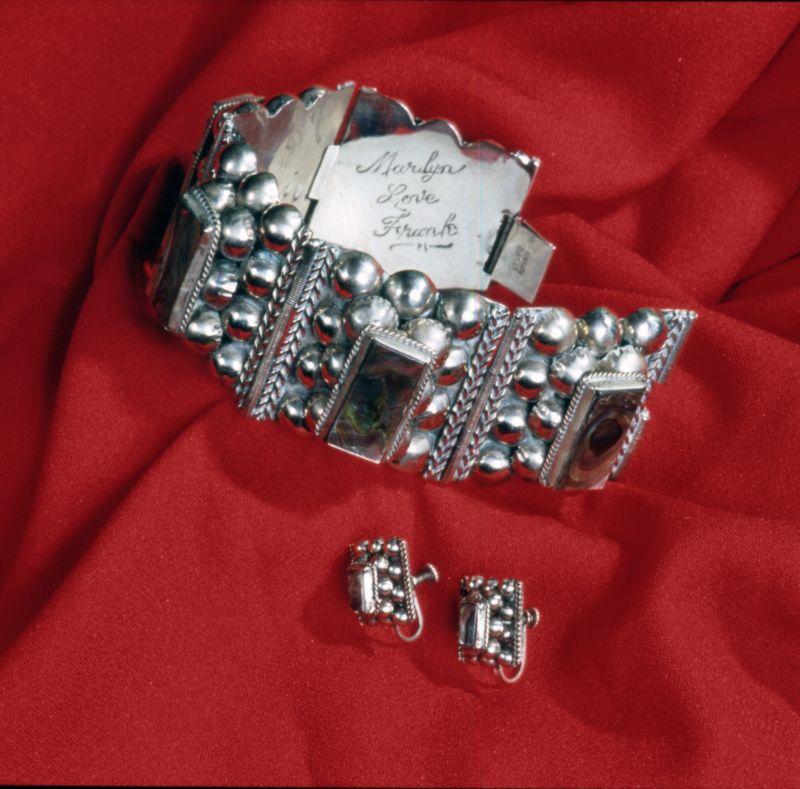 """Gioielli personali di Marilyn Monroe: orecchini e un bracciale con inciso """"Marilyn Love Frank"""". Collezioni Museo Nazionale del Cinema"""