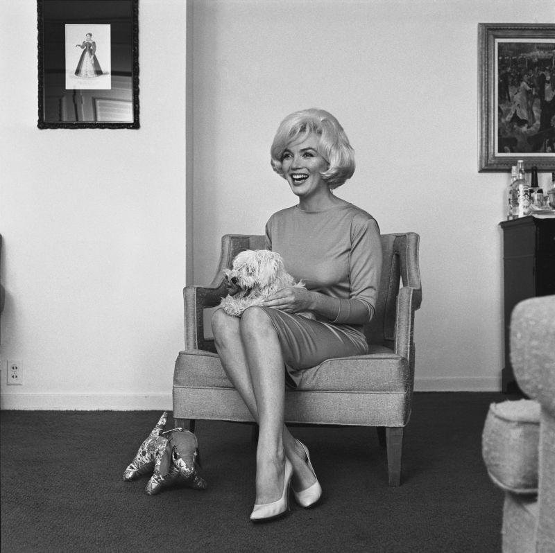 Marilyn Monroe con le scarpe di Salvatore Ferragamo Décolleté, 1961, raso rosa, insieme al cane Maf Honey , Hotel Beverly Hills, 1961. © Eric Skipsey / mptvimages.com