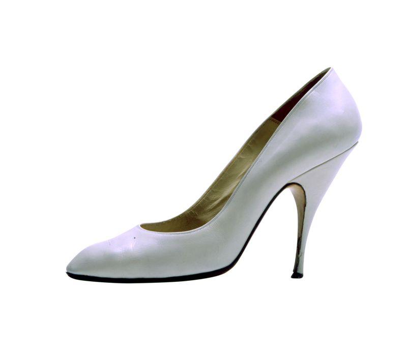 Salvatore Ferragamo, Décolleté, 1958-1959, vitello bianco. Le scarpe sono state acquistate all'asta dei beni personali dell'attrice tenuta da Christie's a New York il 28 ottobre 1999. Courtesy Museo Salvatore Ferragamo, Firenze (IMMAGINE_590)