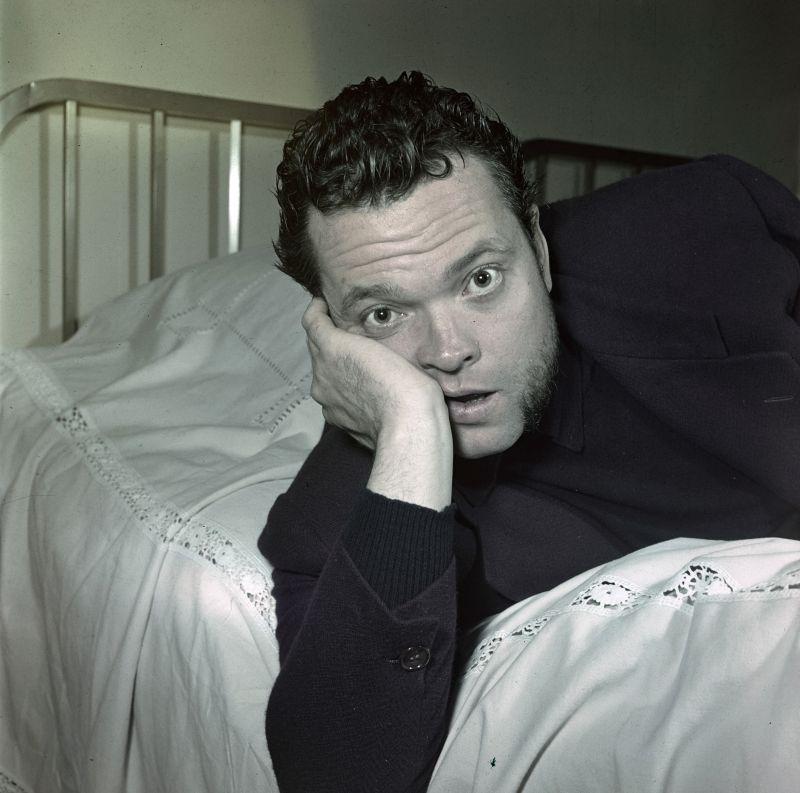 Rendezvous With Orson Welles. En janvier 1950, dans une chambre d'h?tel, portrait de l'acteur et r?alisateur Orson WELLES allong? sur un lit. (Photo by Walter Carone/Paris Match via Getty Images)