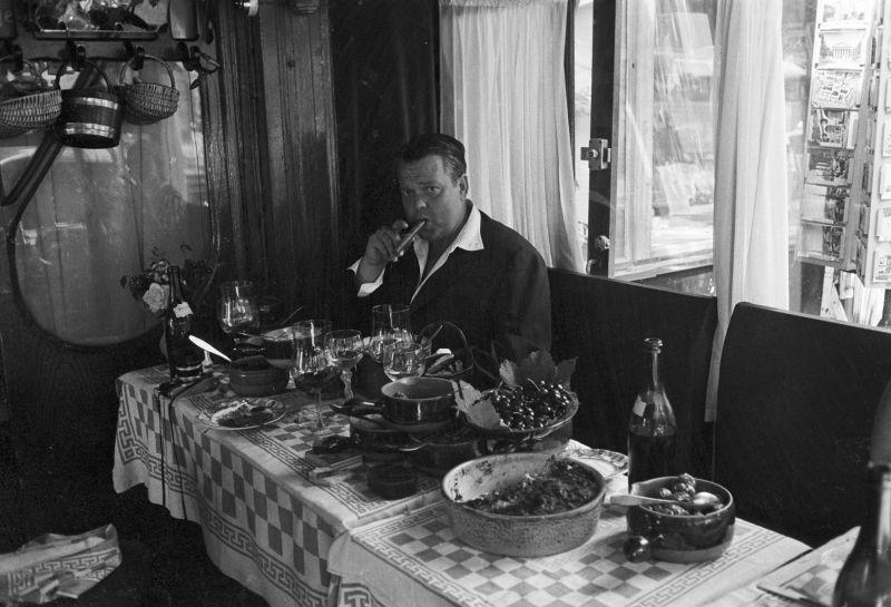 (Premium Pricing - DOUBLE RATES APPLY) Rendezvous With Orson Welles In Paris In 1958. ry. Juin 1958 Paris, portrait d' Orson WELLES lors d'un d?jeuner. Il est ? Paris pour le tournage du film de John Huston ' Les racines du ciel ' adapt? du roman de Romain Gary. Dans un restaurant, portrait du r?alisateur com?dien attabl? devant une suite . (Photo by Georges Menager/Paris Match via Getty Images)