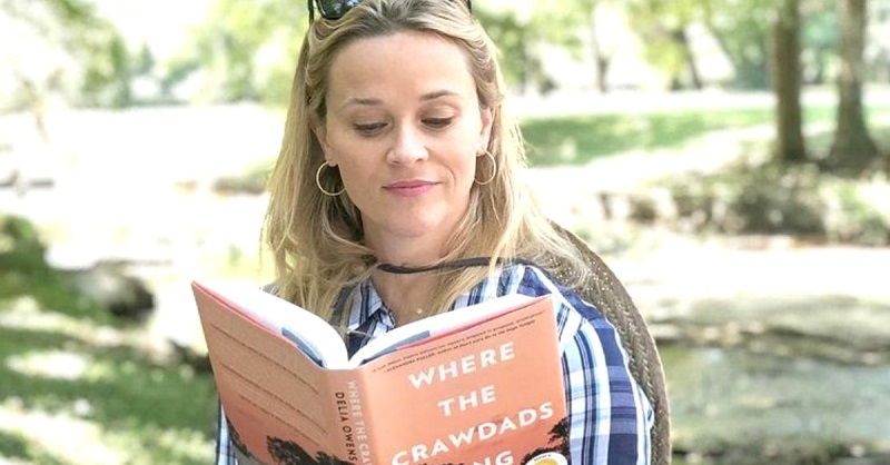 Reese Witherspoon legge il libro di Delia Owens