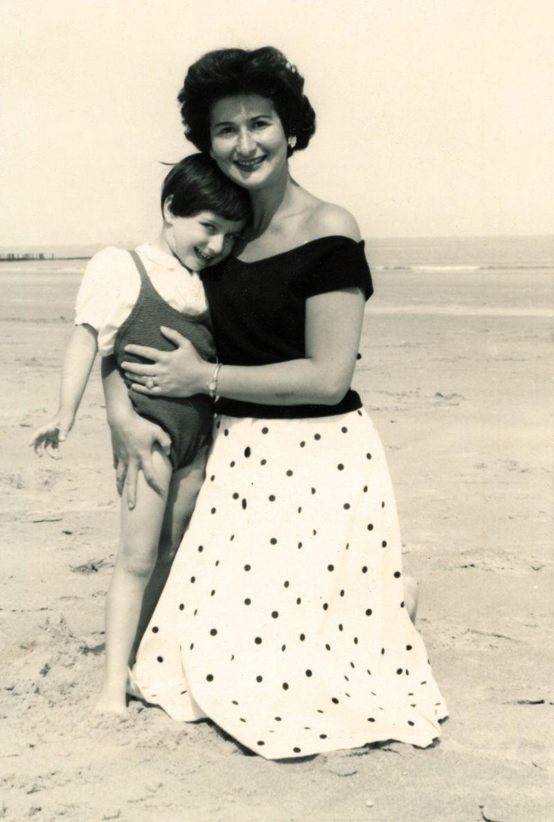 Una piccola Chantal con sua madre Natalia