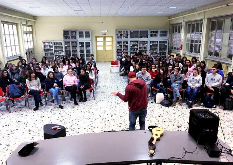 Intermezzo rap di Alp King durante una replica di Game Over in una scuola di Torino