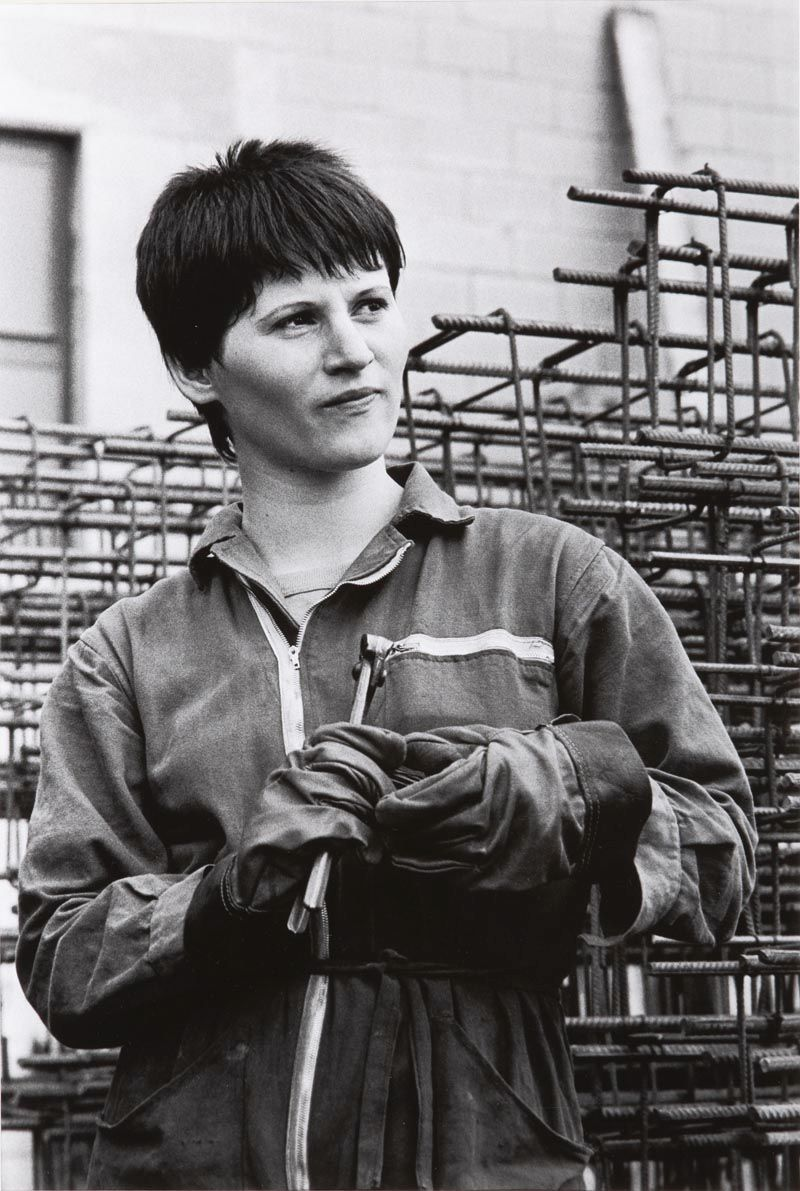 PAOLA AGOSTI Forlì, 1978 Giovane operaia ferraiola in cantiere/Young iron worker © Paola Agosti