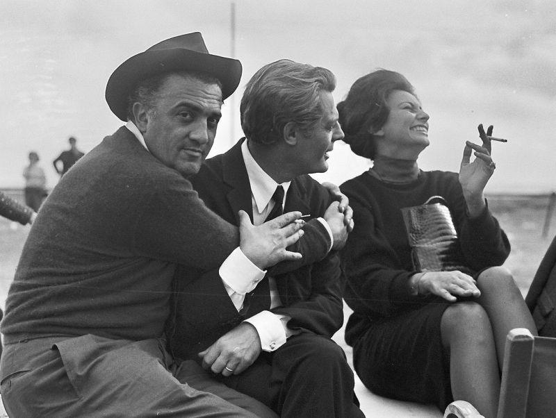 Federico Fellini sul set con Marcello Mastroianni e Sophia Loren