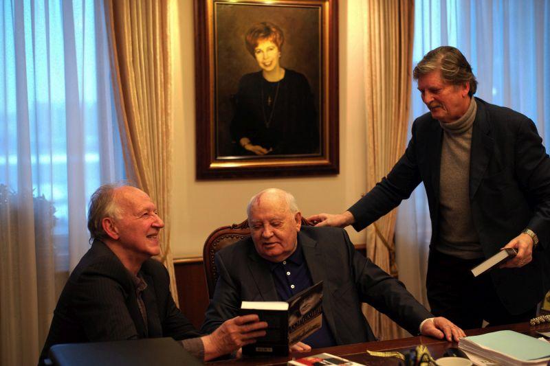 Gorbaciov tra Herzog (a sinistra) e Singer (a destra)