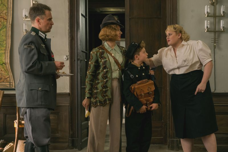 Sam Rockwell, Scarlett Johansson, Roman Griffin Davis e Rebel Wilson. Photo by Larry Horricks. © 2019 Twentieth Century Fox Film Corporation All Rights Reserved