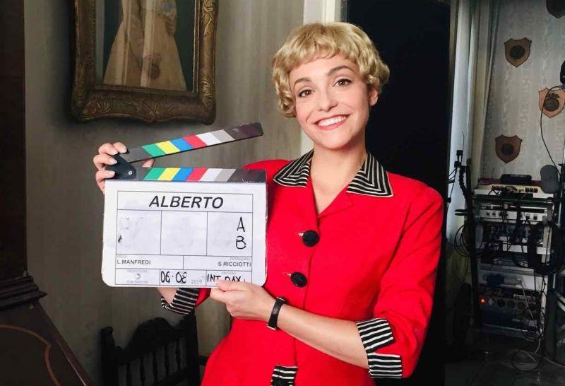 Martina Galletta nei panni di Giulietta Masina con il ciak in mano