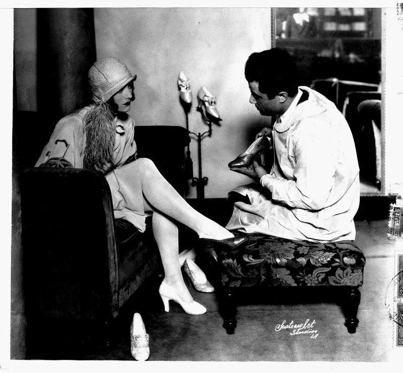 Salvatore Ferragamo con l'attrice Joan Crawford presso il suo negozio di Hollywood negli anni venti. © Museo Salvatore Ferragamo