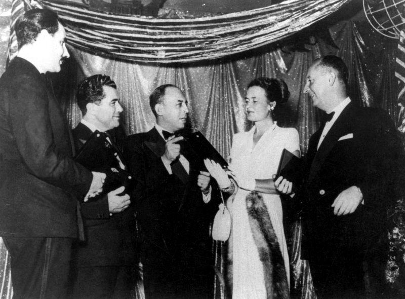 Conferimento del premio Neiman Marcus 1947 per la moda. Da destra Christian Dior, Irene di Hollywood, Major George Mitcheson (rappresentante di Norman Hartnell), Salvatore Ferragamo e Stanley Marcus. © Museo Salvatore Ferragamo