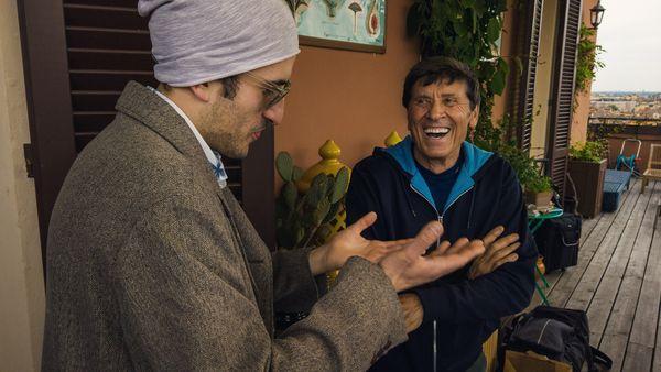 Il regista Paolo Santamaria con Gianni Morandi durante le riprese