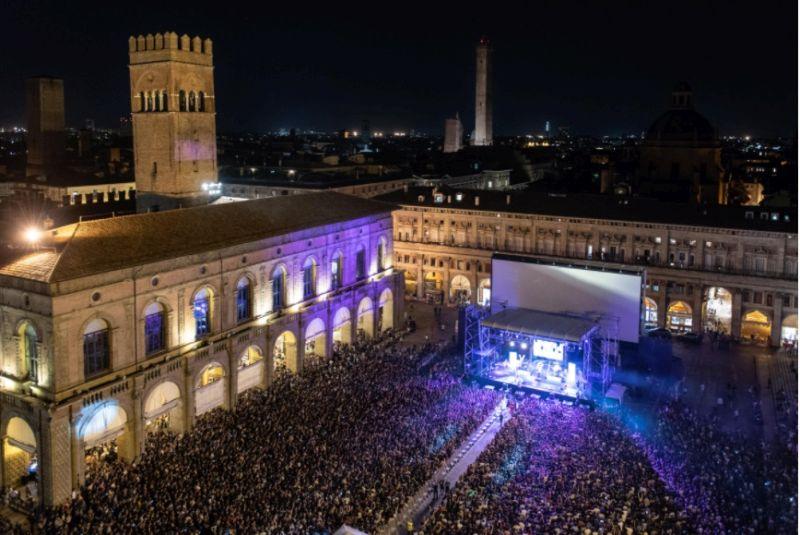 Piazza Maggiore a Bologna, il concerto de Lo Stato Sociale