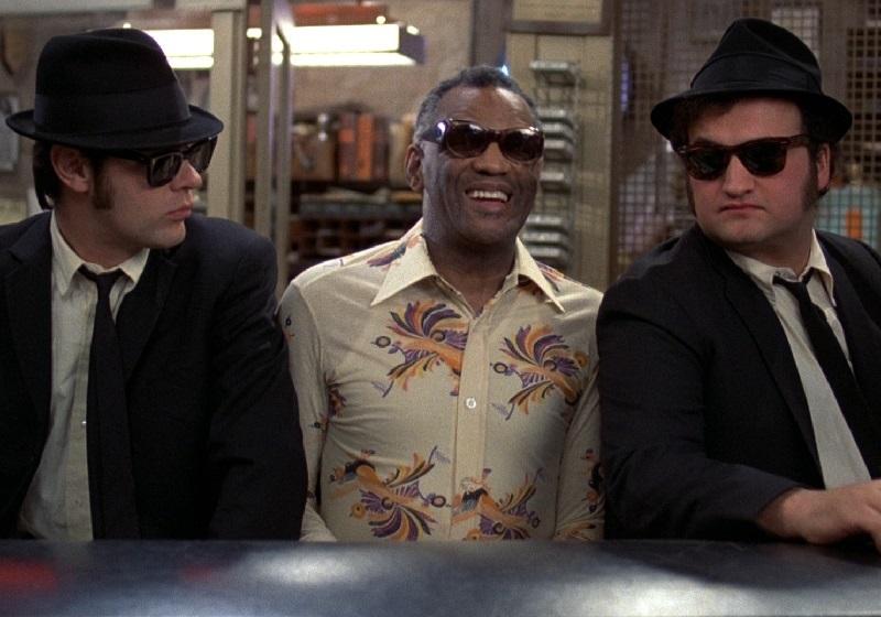"Ray Charles tra Dan Aykroyd e John Belushi in ""The Blues Brothers"""