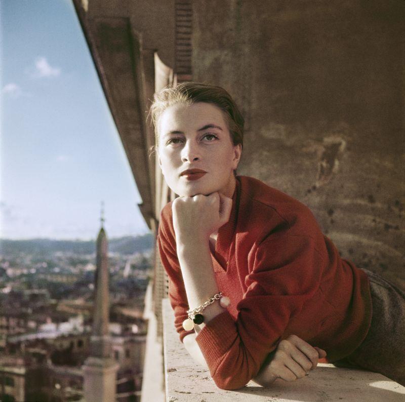 Capucine, modella e attrice francese al balcone, Roma_Agosto 1951_Credits Robert Capa International Center of Photography Magnum Photos