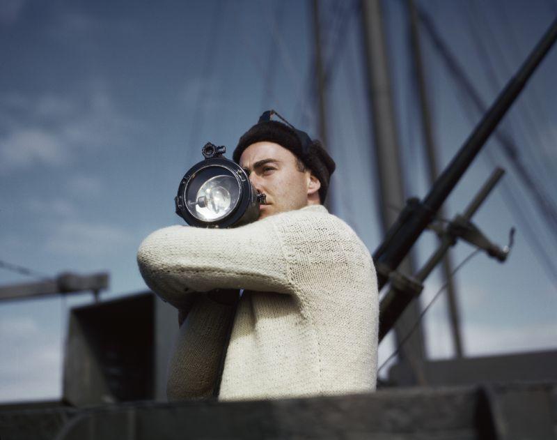 Un membro dell_equipaggio segnala a un_altra nave di un convoglio alleato che attraversa l_Atlantico_1942_Credits Robert Capa International Center of Photography Magnum Photos