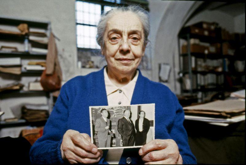 Maria Adriana Prolo nel suo studio a Palazzo Chiablese mostra la fotografia che la ritrae con Alfred Hitchcock in occasione della sua visita al Museo nel 1960 Foto Elena Bosio © Elena Bosio/ I Cammelli – Torino