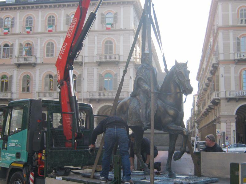 """La statua di Garibaldi in Piazza Statuto a Torino ne """"Il Comandante e la Cicogna"""" (2012)"""
