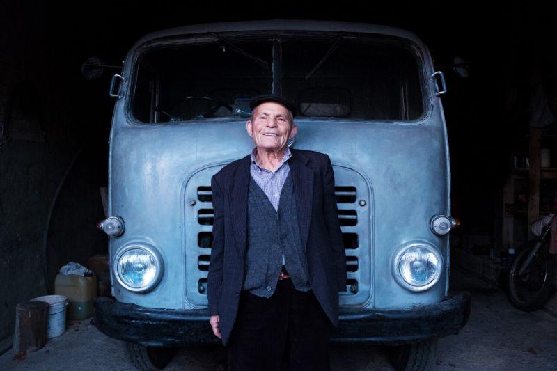 """Antonio, 94 anni, con il suo """"Leoncino"""", il camion che ha guidato e ancora guida da oltre 65 anni. Villanova Strisaili, 2016 Antonio, 94 years old, with the """"Leoncino"""", his truck that has driven for 65 years. Villanova Strisaili, Sardinia, 2016"""