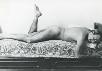 Achille Bonito Oliva nudo, foto di Sandro Giustibelli