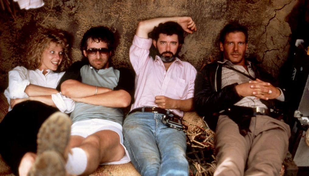 """""""Indiana Jones e il Tempio Maledetto"""" (1984), Steven Spielberg con Kate Capshaw, George Lucas e Harrison Ford"""