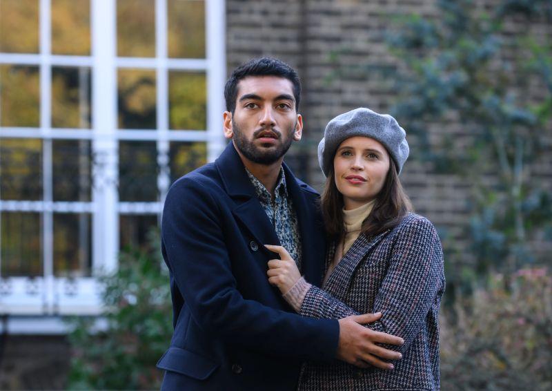 Nabhaan Rizwan e Felicity Jones (Cr: Parisa Taghizadeh/NETFLIX)