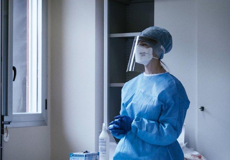 L'infermiera Alessandra sospira prima di effettuare un tampone al prossimo utente nell'ambulatorio