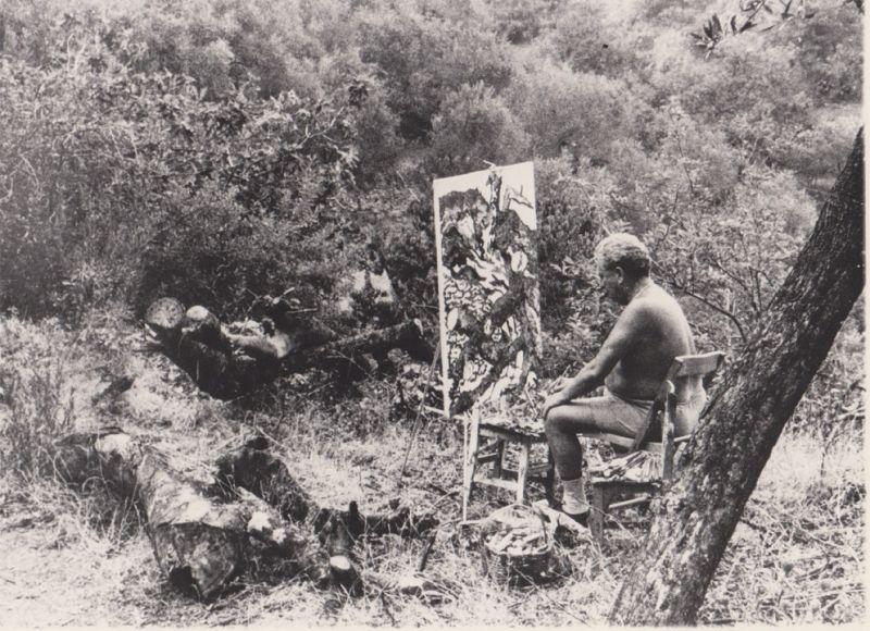 Levi mentre dipinge ad Alassio, 1960