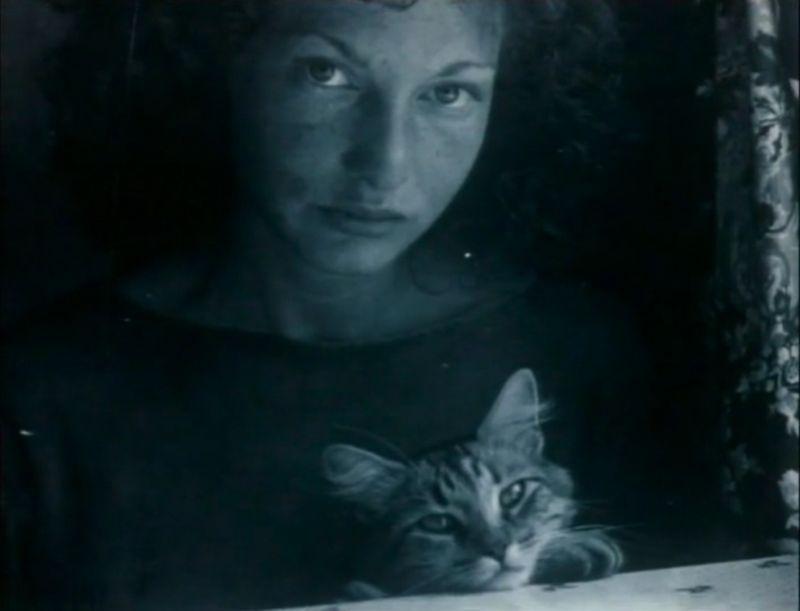 Maya Deren con un gatto
