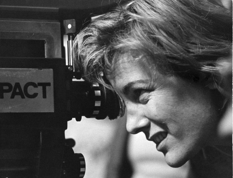 """Liliana Cavani sul set de """"Il Portiere di Notte"""" (1974) - Foto di Mario Tursi"""