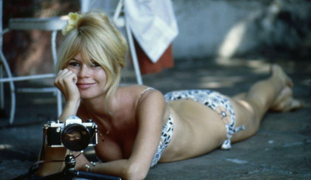 """Jour de repos pour Brigitte BARDOT au MEXIQUE pour le tournage du film """"VIVA MARIA"""" de Louis Malle : attitude souriante de l"""