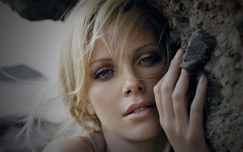 Charlize-Theron-Mano