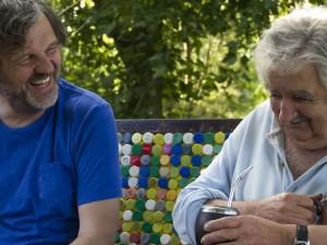 """MV01. MONTEVIDEO (URUGUAY), 25/07/2018.- Fotografía sin fecha específica cedida por la productora K&S Films hoy, miércoles 25 de julio de 2018, muestra al director serbio Emir Kusturica (i) durante una charla con el expresidente de Uruguay José Mujica (d), en un banco del jardín de la chacra de Mujica, en Montevideo (Uruguay). Kusturica estrenará en el próximo Festival de Venecia (Italia) su documental """"El Pepe, una vida suprema"""", sobre Mujica, informó hoy la productora de la película. Kusturica, que entre sus premios tiene la Palma de Oro del Festival de Cannes (Francia) de 1985 y 1995, comenzó en Uruguay el rodaje de este documental en abril de 2013 y grabó hasta el primero abril de 2015, fecha en la que Mujica fue relevado como presidente por Tabaré Vázquez. EFE/K&S Flims/SOLO USO EDITORIAL/NO VENTAS"""